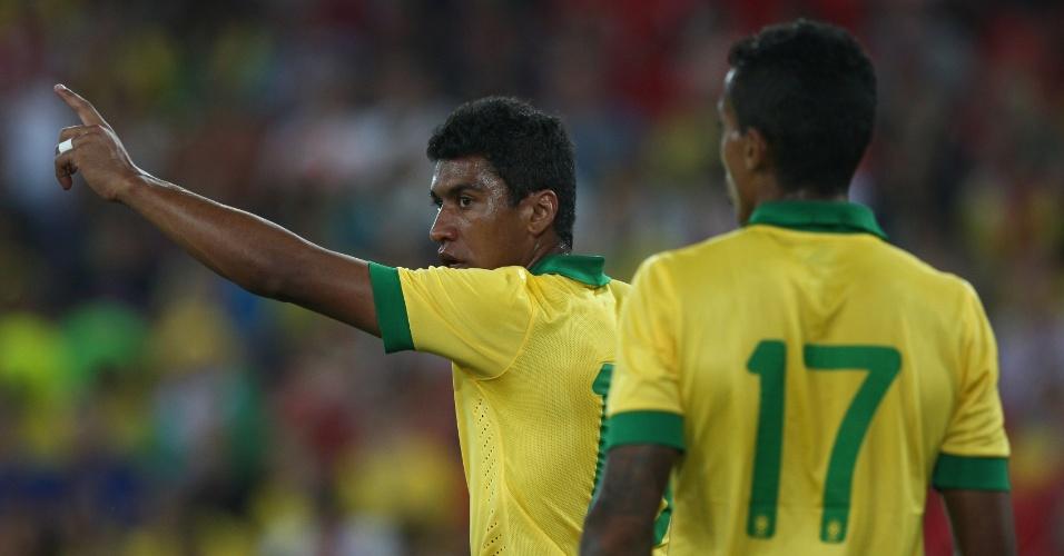14.ago.2013 - Paulinho gesticula durante amistoso da seleção brasileira diante da Suíça