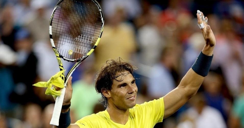 14.ago.2013 - Rafael Nadal acena para o público após a vitória por 2 sets a 0 sobre Benjamin Becker, em Cincinnati