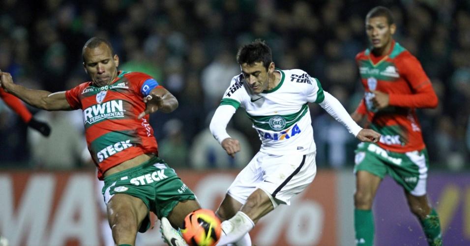 14.ago.2013 - Robinho tenta jogada para o Coritiba durante empate contra a Portuguesa no Couto Pereira