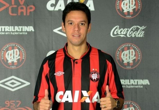 O meia Marco Antônio faz sinal de positivo em sua chegada ao Atlético-PR
