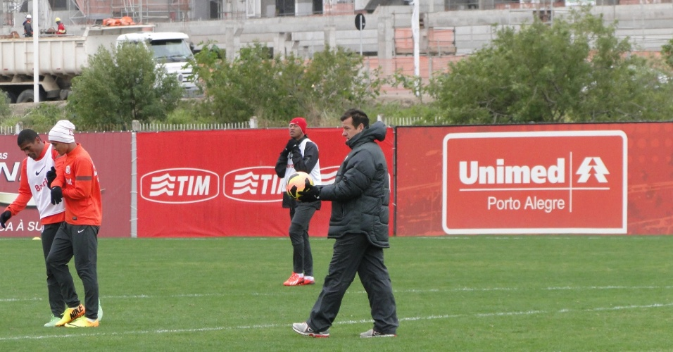 Técnico Dunga (d) orienta treino do Inter com Fabrício ao fundo e Alan Patrick (c) e Ygor (e) no CT do Parque Gigante (14/08/2013)