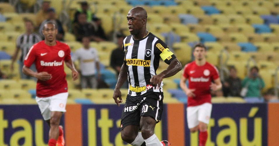 15.ago.2013 - Seedorf, do Botafogo, controla a bola no meio de campo durante jogo contra o Inter