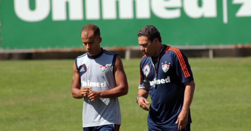 15.ago.2013 - Vanderlei Luxemburgo (dir.) conversa com o meia Felipe em treino do Fluminense