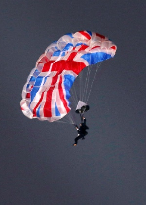 Mark Sutton saltou de um helicóptero na cerimônia de abertura da Olimpíada - AFP