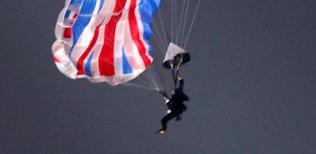 Paraquedista que representou James Bond nos Jogos de Londres morre em acidente - AFP