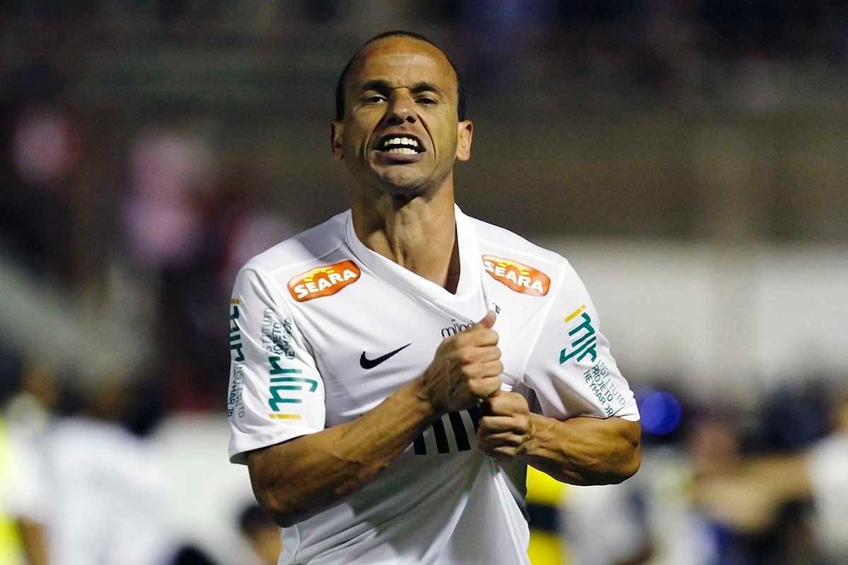 Léo, jogador do Santos, comemora gol
