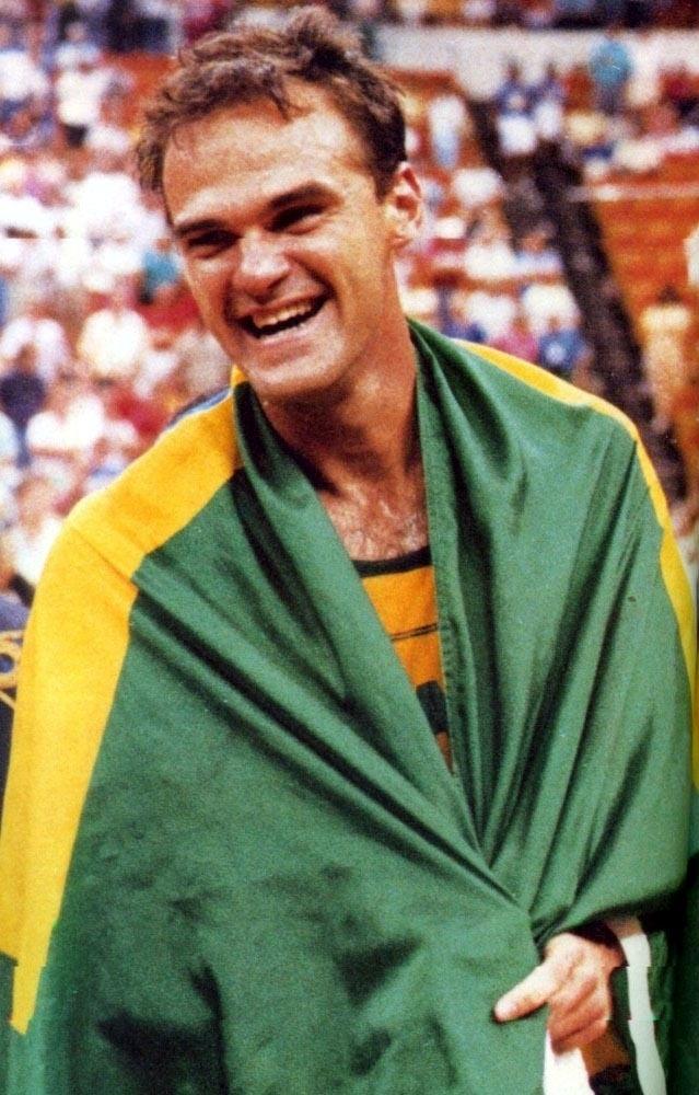 Oscar Schmidt comemora a medalha de ouro no Pan-Americano de 1987