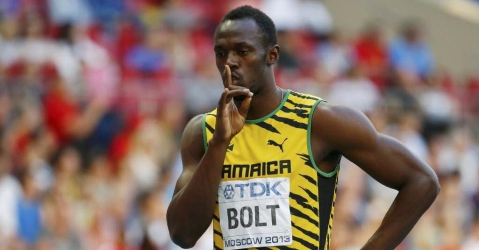 16.ago.2013 - Usain Bolt manda a torcida fazer silêncio antes de sua semifinal dos 200 m em Moscou
