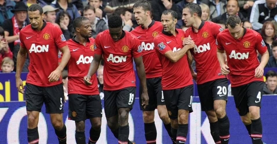 17.ago.2013 - Jogadores do Manchester United comemoram gol marcado pelo holandês Van Persie contra o Aston Villa