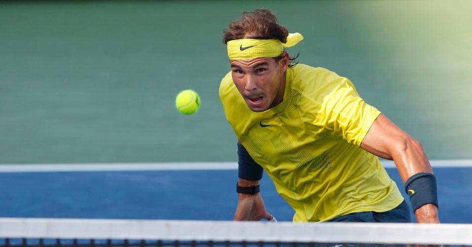17.ago.2013 - Rafael Nadal voleia durante a semifinal contra Tomas Berdych, no Masters de Cincinnati