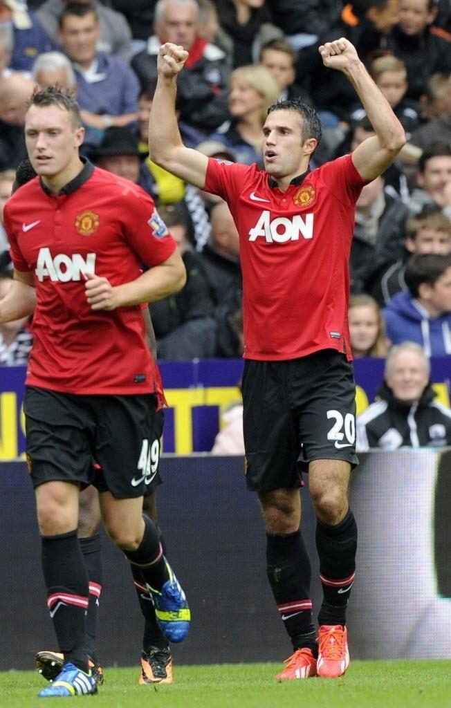 17.ago.2013 - Robin Van Persie comemora o seu segundo gol marcado na partida do Manchester United contra o Aston Villa, na estreia do Campeonato Inglês
