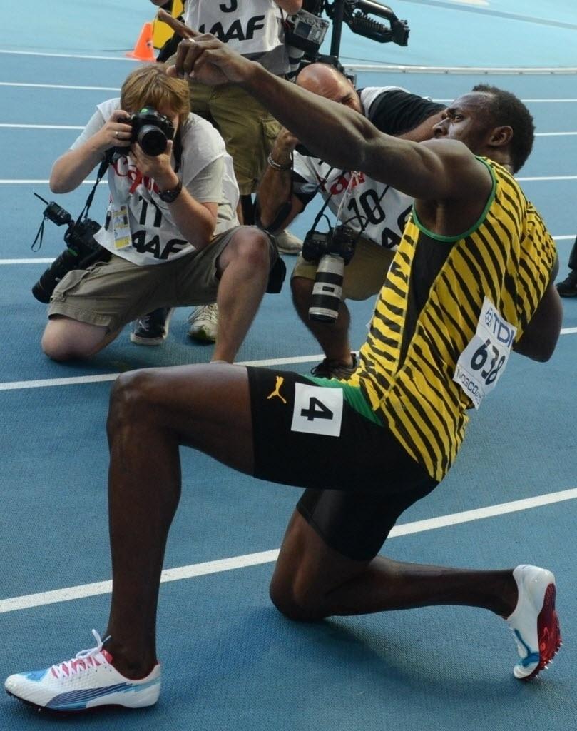 17.ago.2013 - Usain Bolt faz o raio após levar o ouro nos 200 m em Moscou