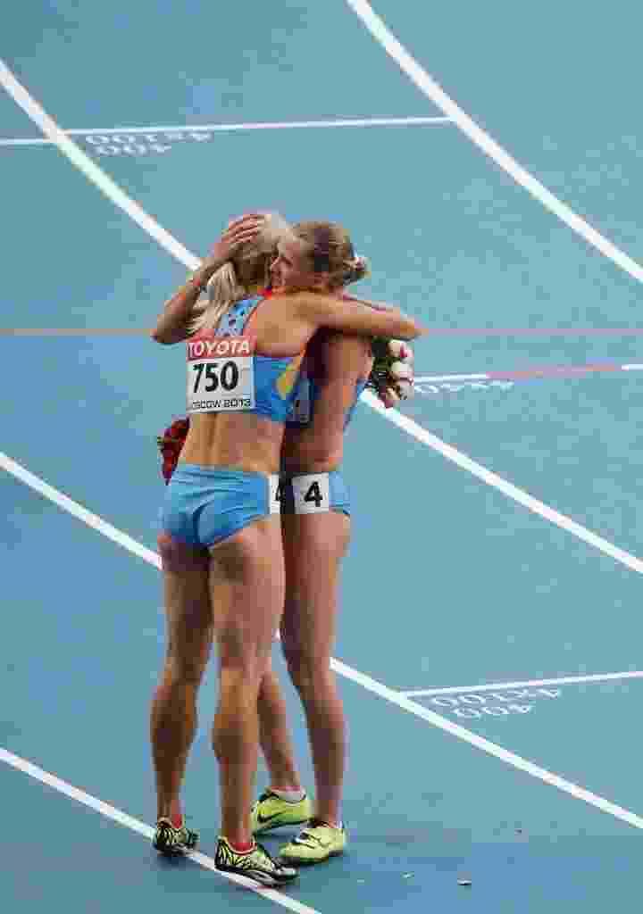 18.08.13 - Kseniya Ryzhova e Tatyana Firova se abraçam após vencer a prova - AFP PHOTO / LOIC VENANCE