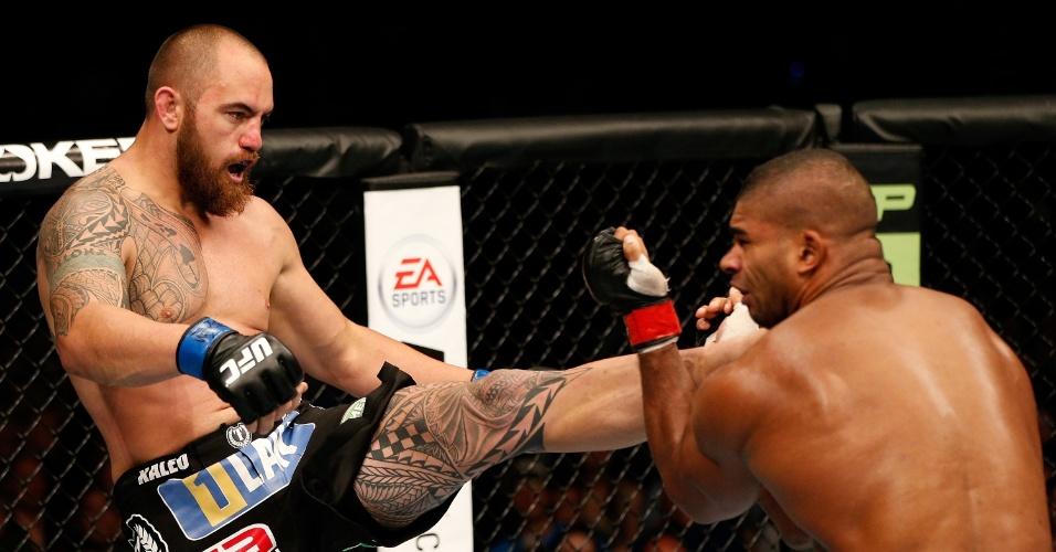 Ao melhor estilo Anderson Silva, Travis Browne acerta um chute no queixo do gigante Overeem e vence a luta