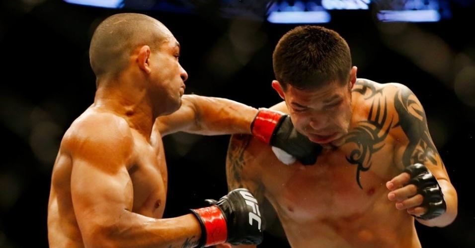 Brasileiro Diego Brandão acerta rosto de Daniel Pineda com um soco, golpe que o ajudou a sair vitorioso do combate por decisão unânime dos juízes, um triplo 29-28
