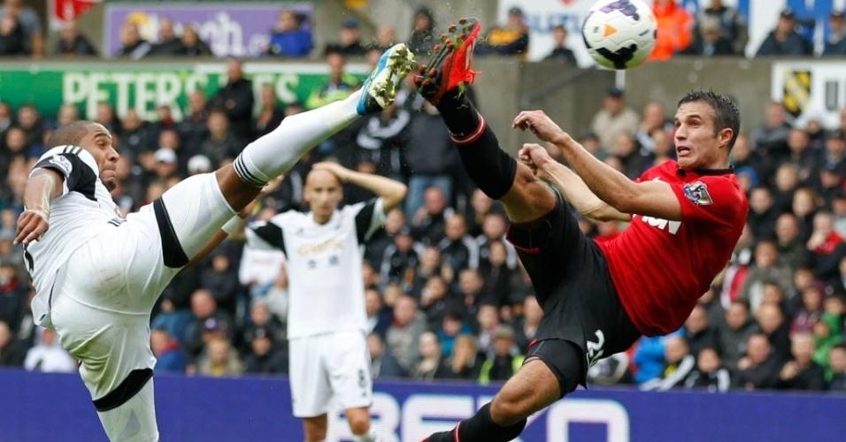 Robin van Persie faz acrobacia para marcar um golaço na partida do Manchester United contra o Swansea
