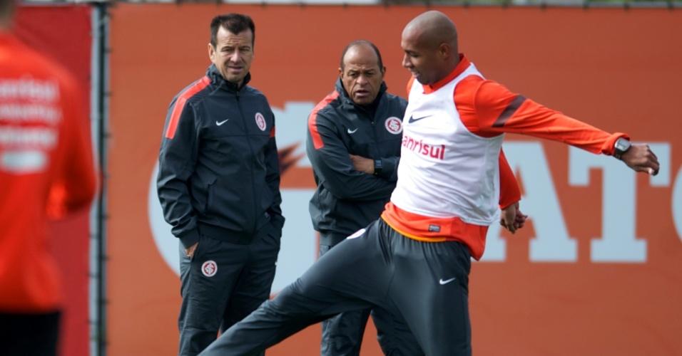 Zagueiro Alan do Inter observado pelo técnico Dunga e pelo preparador físico Paulo Paixão em treino no CT do Parque Gigante (17/08/2013)