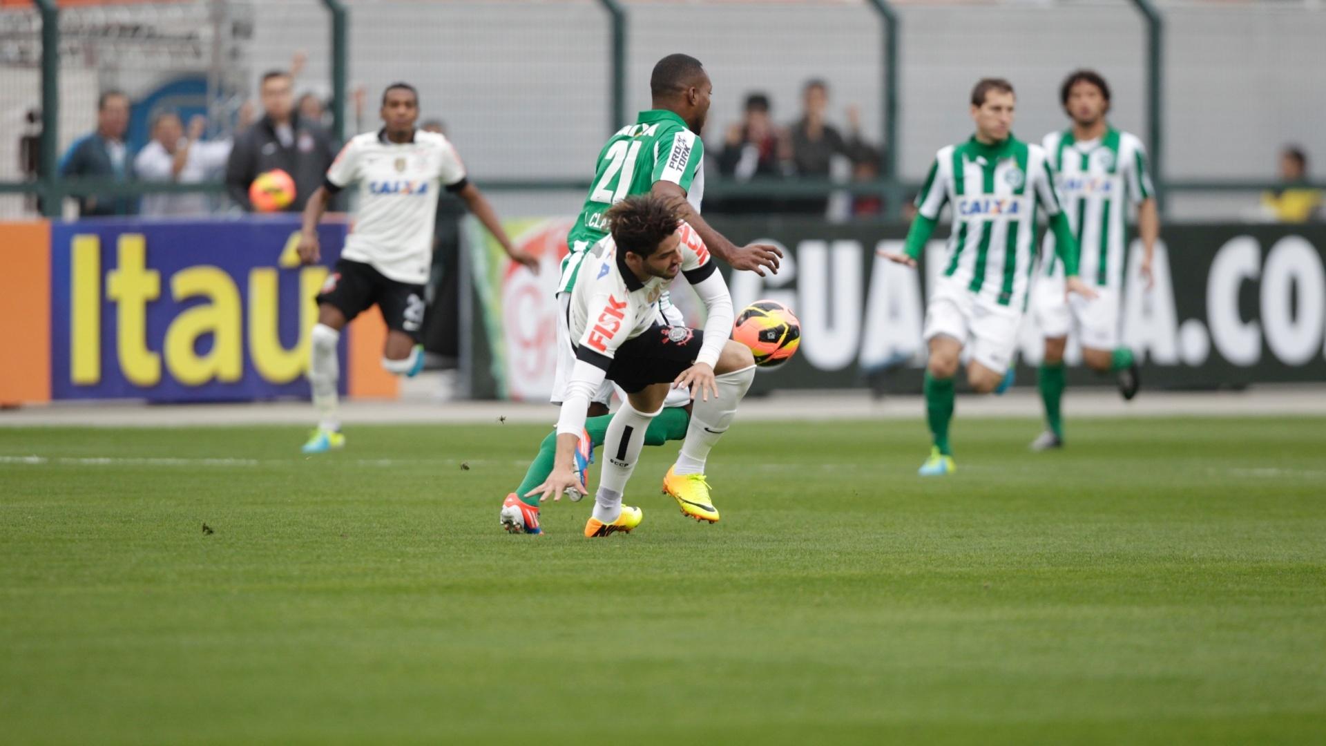 18.08.13 - Alexandre Pato é derrubado pelo marcador do Coritiba na partida do Corinthians pelo Brasileirão