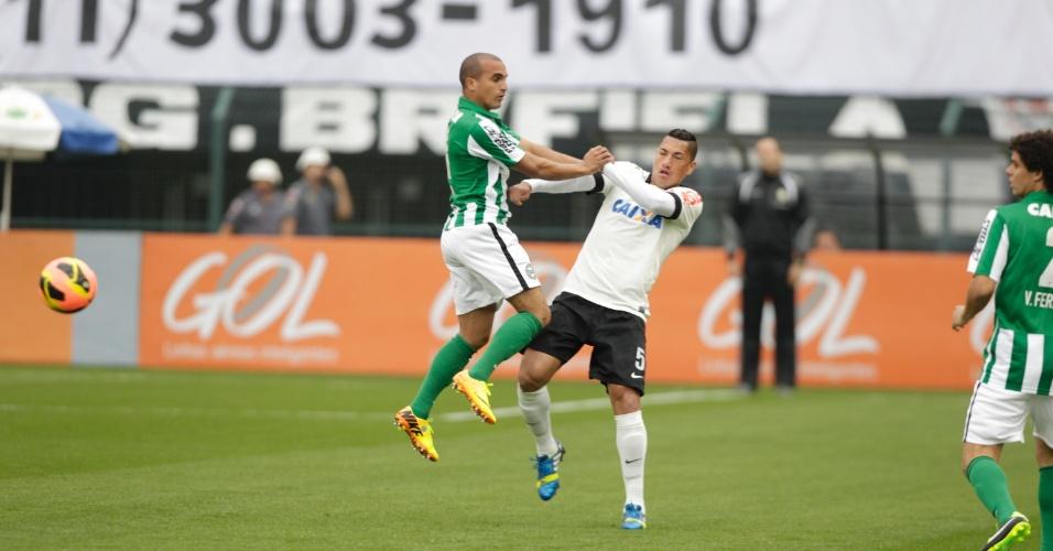 18.08.13 - Gil e Ralf disputam a bola na partida entre Corinthians e Coritiba