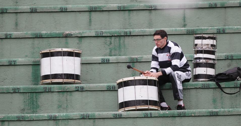 18.08.13 - Torcedor aguarda o início do duelo entre Corinthians e Coritiba pelo Brasileirão