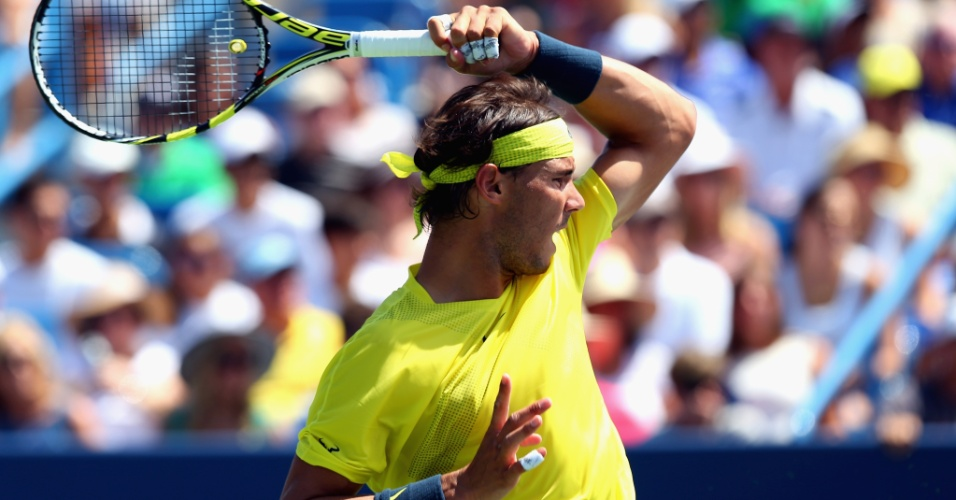 18.ago.2013 - Nadal rebate bola contra John Isner na decisão de Cincinnati