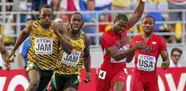 Bolt recebe bastão em prova de revezamento vencida pela Jamaica no último mundial de atletismo - REUTERS/Grigory Dukor