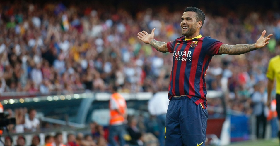 Daniel Alves comemora gol marcado contra o Levante no Campeonato Espanhol