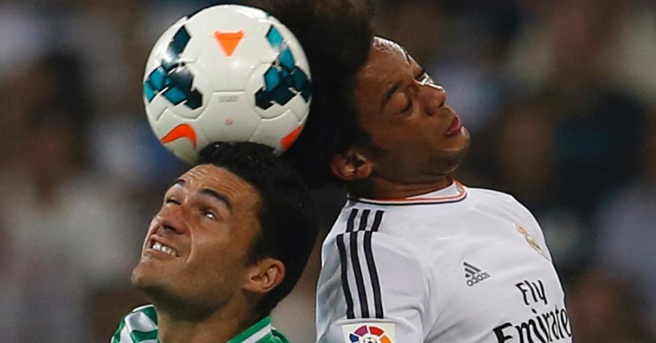 Marcelo disputa a bola com Jorge Molina na partida entre Real Madrid e Betis