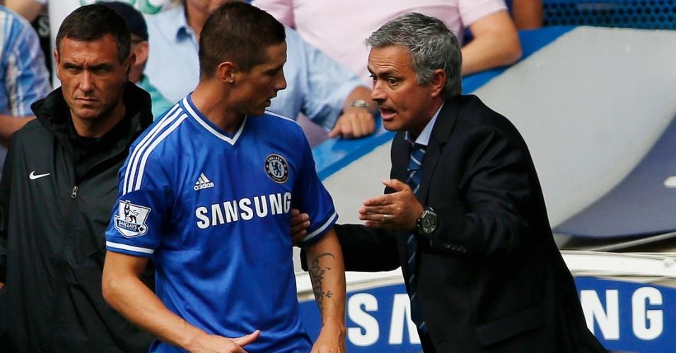 Mourinho conversa com Fernando Torres durante partida do Campeonato Inglês