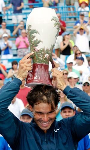 Nadal comemora vitória com o troféu do Masters 1000 de Cincinnati