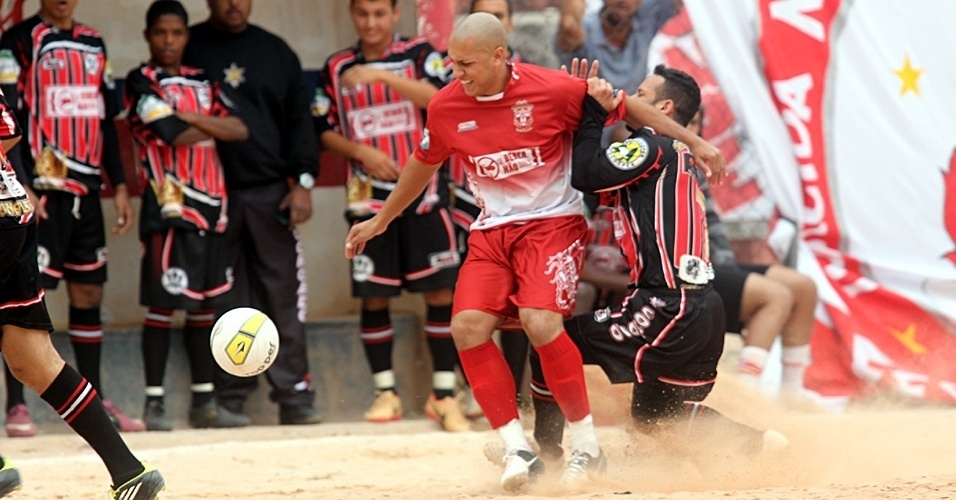 Noroeste (vermelho) e Coroado se enfrentaram neste domingo pela Copa Kaiser