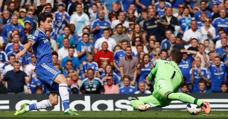 Oscar chuta e goleiro do Hull City não consegue evitar o gol do Chelsea