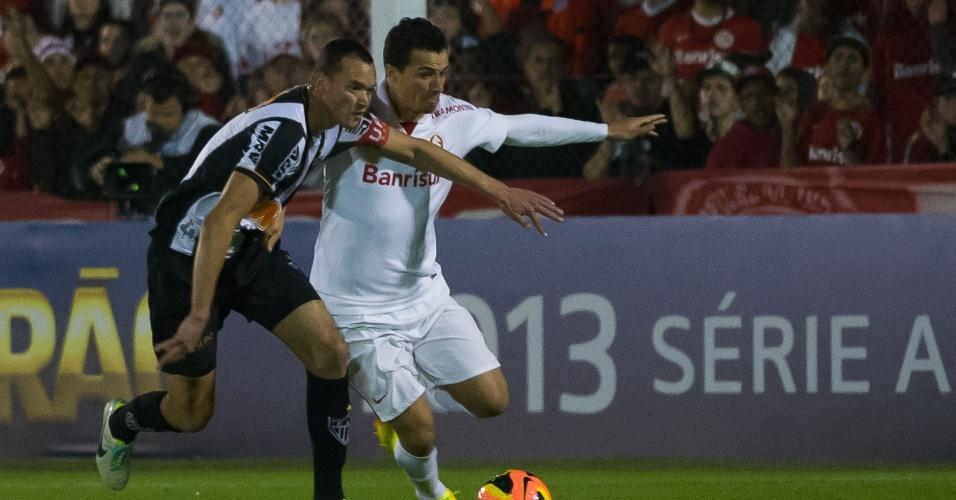 Réver protege a bola em lance com Leandro Damião, durante Inter x Atlético-MG (18/08/13)