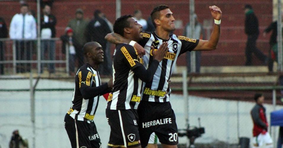 Seedorf, Elias e Rafael Marques comemoram gol do Botafogo sobre a Portuguesa