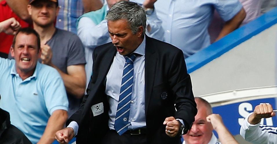 Técnico José Mourinho comemora gol de Frank Lampard durante partida contra o Hull City