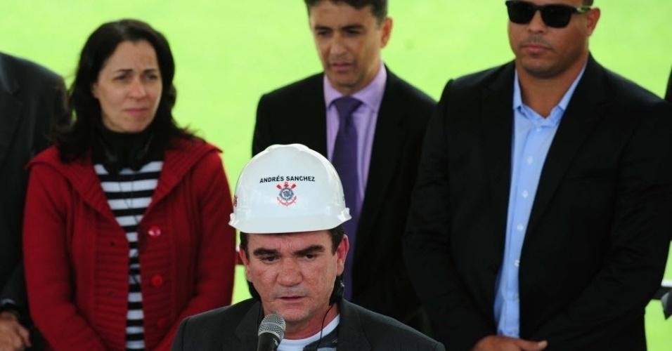 19.ago.2013 - Ex-presidente corintiano Andrés Sanchez discursa no Itaquerão durante a visita do secretário-geral da Fifa, Jérôme Valcke