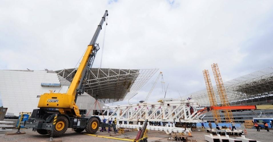 19.ago.2013 - Máquinas trabalham na construção do Itaquerão, que está com 86% das obras concluídas