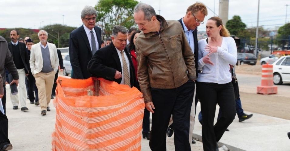 19.ago.2013 - Ministro do Esporte, Aldo Rebelo, acompanha o secretário-geral da Fifa, Jérôme Valcke, em visita ao Itaquerão