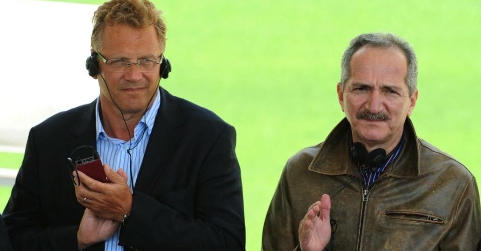 19.ago.2013 - Ministro do Esporte, Aldo Rebelo, é visto ao lado do secretário-geral da Fifa, Jérôme Valcke, em visita ao Itaquerão
