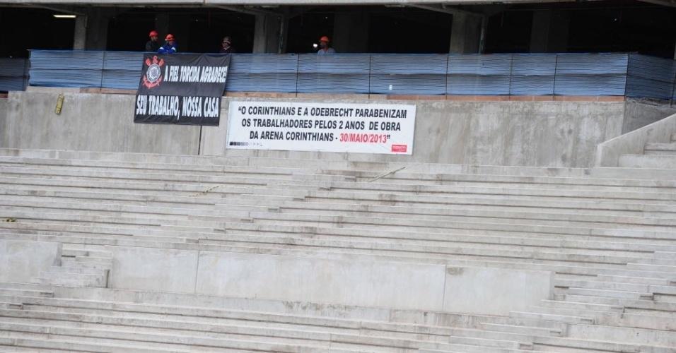 19.ago.2013 - Operários do Itaquerão exibem faixa comemorando dois anos de obra
