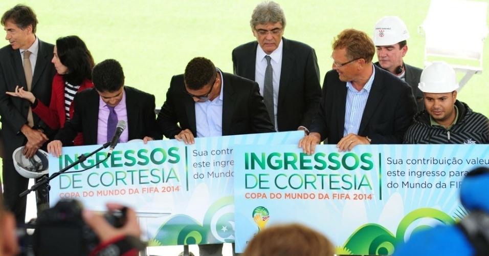 19.ago.2013 - Operários do Itaquerão recebem ingresso simbólico para jogos no estádio durante visita do secretário-geral da Fifa, Jérôme Valcke