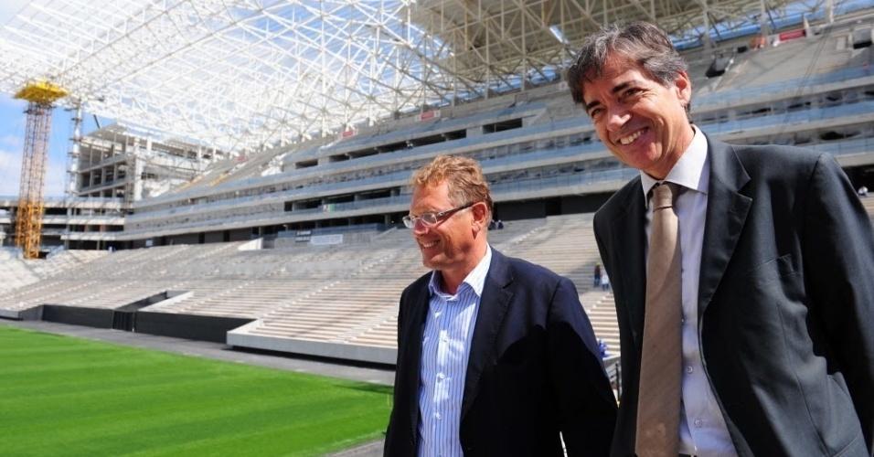 19.ago.2013 - Secretário-geral da Fifa, Jérôme Valcke, passeia pelo Itaquerão, que tem 86% das obras concluídas