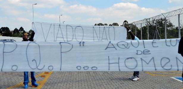 19.ago.2013 - Torcedores do Corinthians levam faixas para protestar contra Emerson Sheik após selinho em amigo - Mauro Horita/AGIF