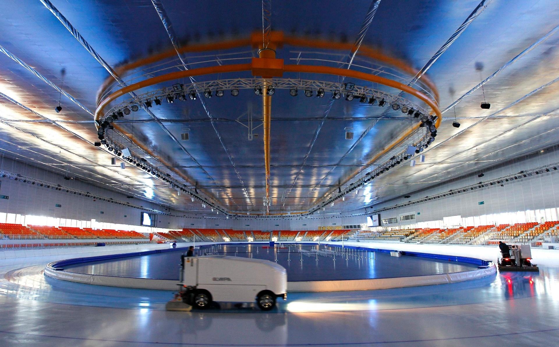 20.ago.2013 - Adler Arena passa por reparos. Inaugurado em 2012, ginásio receberá provas de patinação na Olimpíada de inverno do ano que vem em Sochi (Rússia)