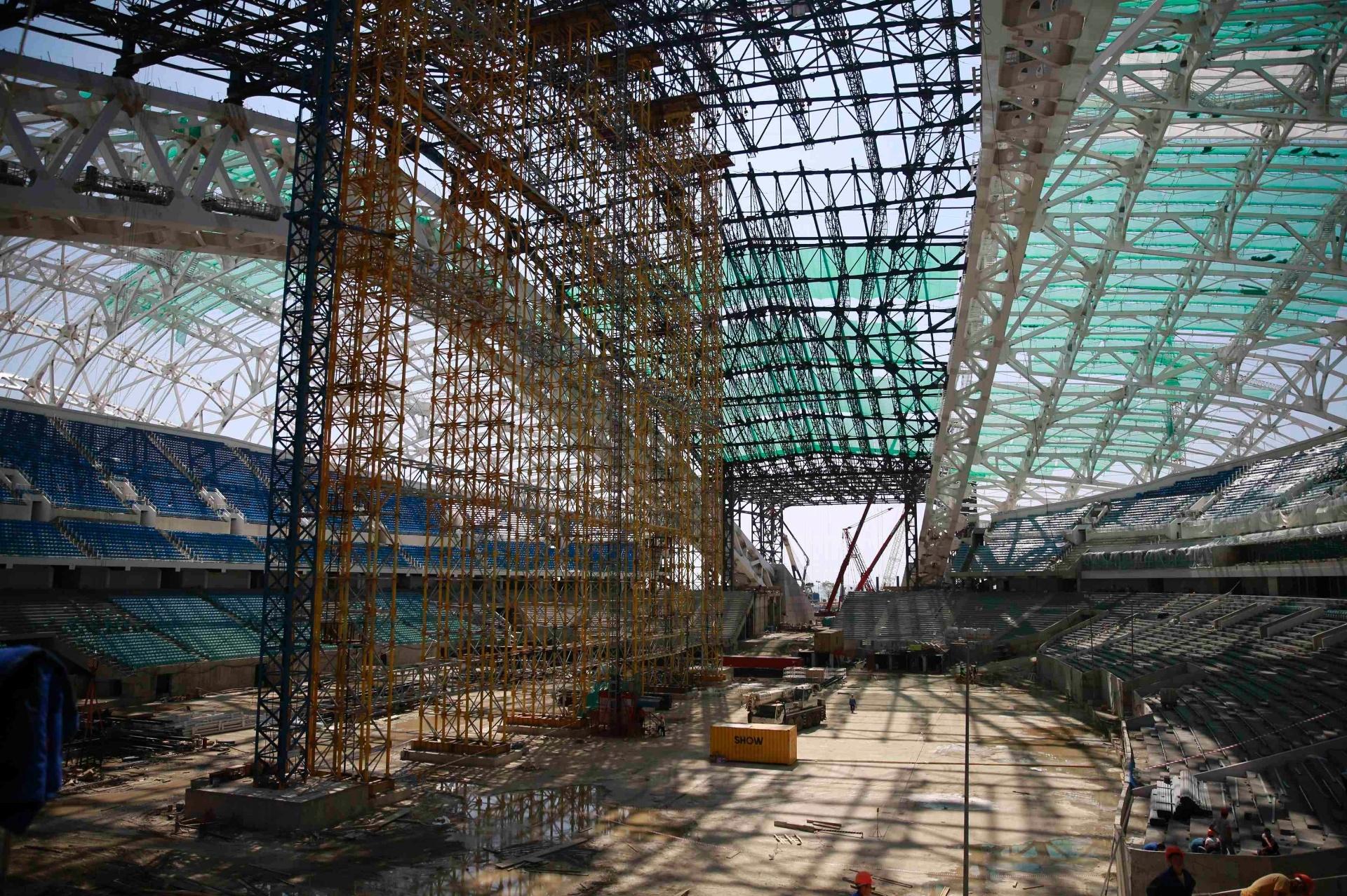20.ago.2013 - Com uma arquitetura bastante complexa, com direito a uma cobertura espelhada em formato de concha, o estádio olímpico Fisht é a estrutura mais atrasada dos Jogos de inverno de Sochi-2014. Entretanto, o local não sediará provas da Olimpíada, apenas as cerimônias de abertura e encerramento
