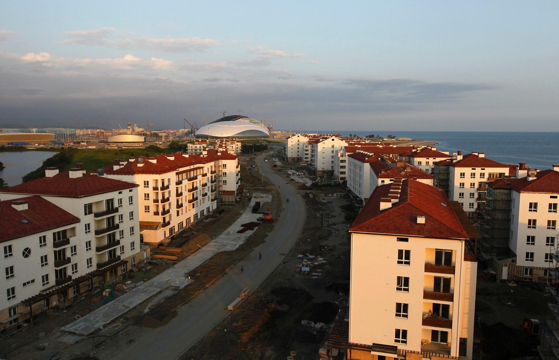 20.ago.2013 - Imagem mostra a Vila Olímpica e, ao fundo, o Parque Olímpico que está sendo finalizado para os Jogos de Inverno de Sochi-2014, na Rússia