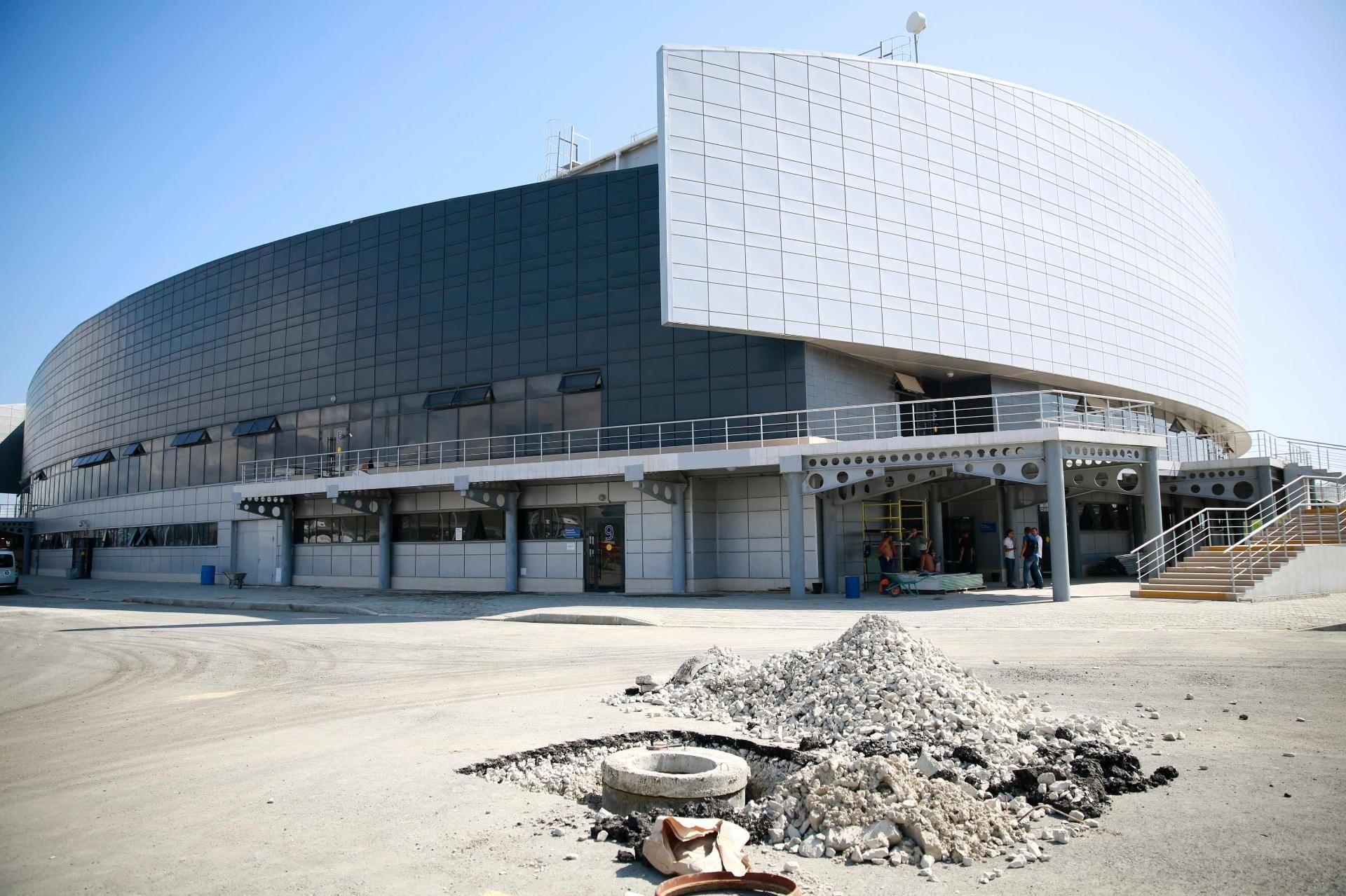 20.ago.2013 - Local dos jogos de curling da Olimpíada de inverno de Sochi, em 2014, o Ice Cube ainda tem pequenas obras na área exterior