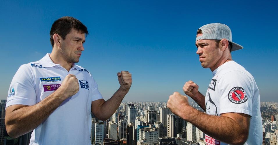Demian Maia posa com Jake Shields em São Paulo em foto promocional do duelo entre eles em Barueri, no UFC de 9 de outubro