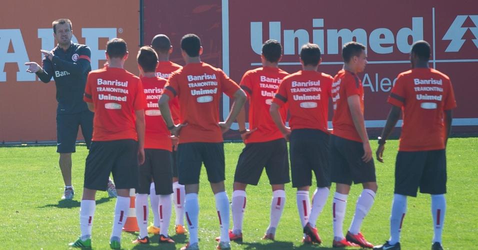 Dunga orienta jogadores do Inter antes de treino de finalização (20/08/2013)