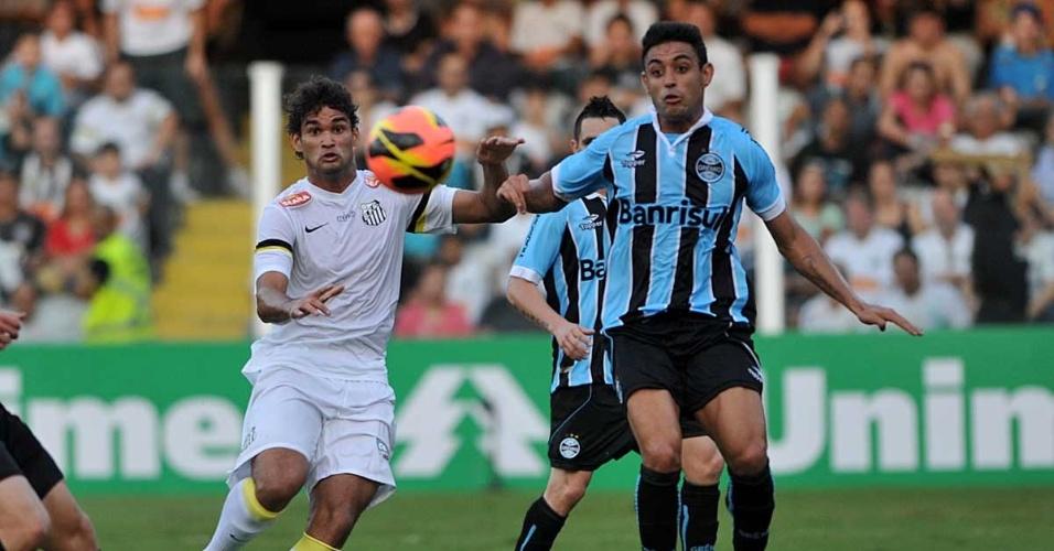 Willian José e Werley disputam a bola em partida entre Santos e Grêmio pelo Brasileiro